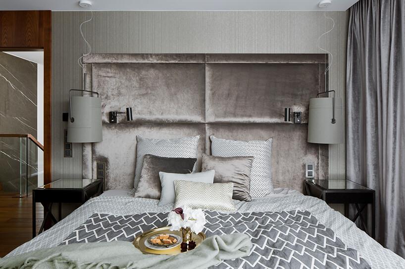elegancki apartament Hola Design znagrodą EPA 2019-2020 duże eleganckie łóżko ze srebrnym błyszczącym wysokim zagłówkiem