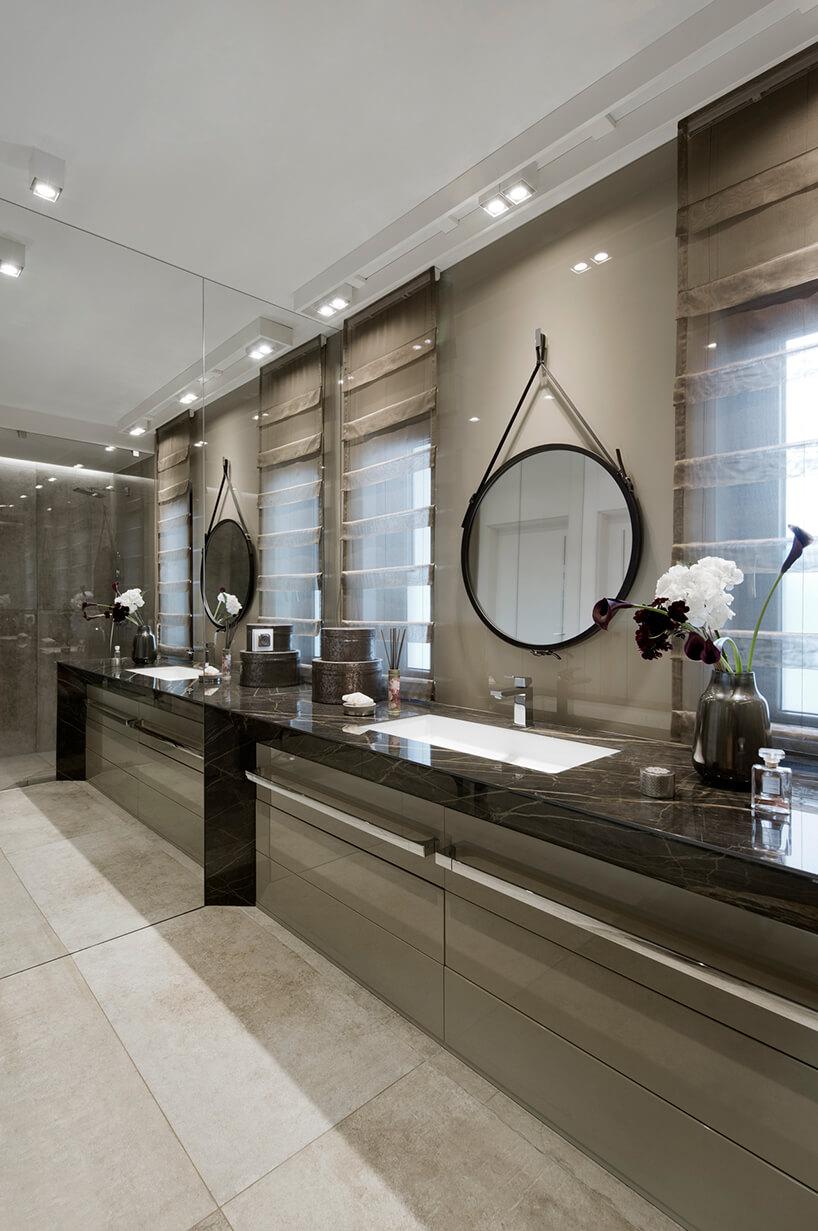 elegancki apartament Hola Design znagrodą EPA 2019-2020 elegancka łazienką zlustrzaną ścianą ibrązowymi kamiennymi blatami