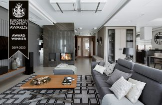 elegancki apartament Hola Design z nagrodą EPA 2019-2020 elegancki kominek z kamienną zabudową