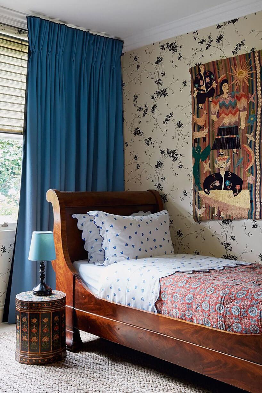 brązowe łóżko wstarym stylu wpokoju dziecka