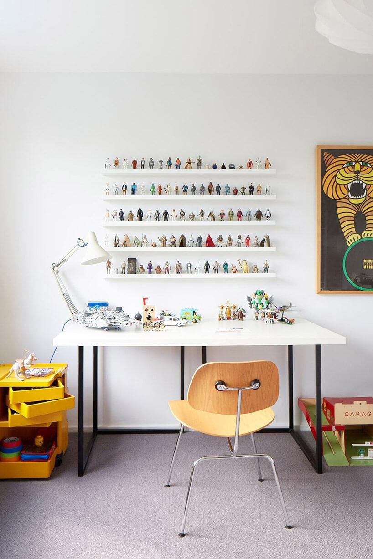 półki na figurki nad biurkiem dziecka