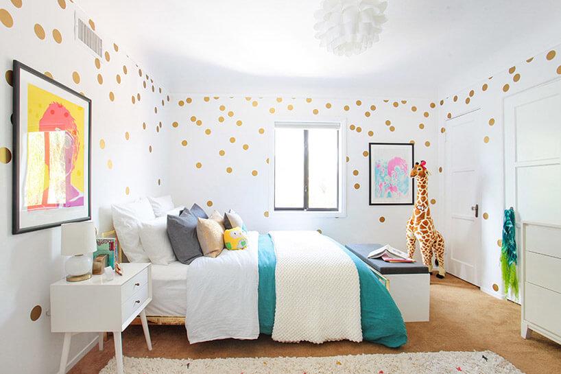pokój dziecka zdużym łóżkiem iżyrafą wkoncie