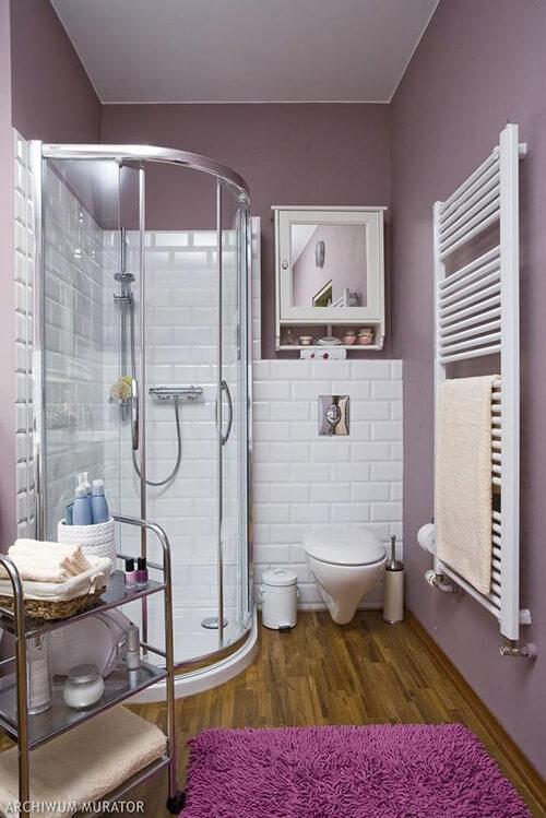 mała łazienka zfioletowymi ścianami