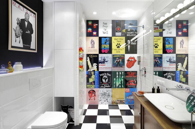 łazienka zplakatami pod prysznicem