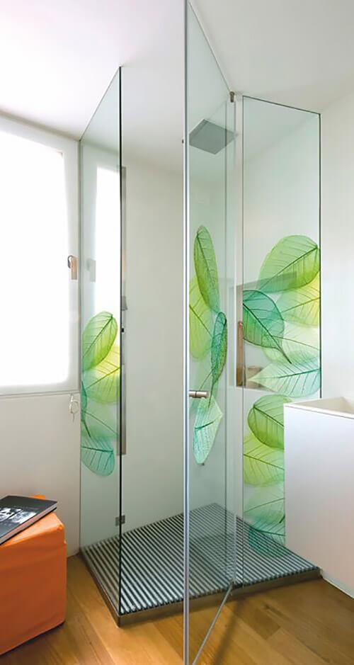motyw kwiatowy na szklanych drzwiach prysznica