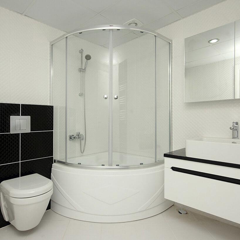 duża kapina prysznicowa wmałej białej łazience