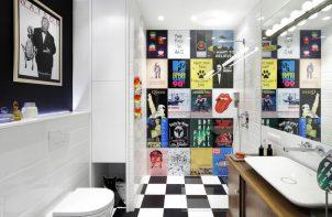 łazienka z plakatami zamiast płytek