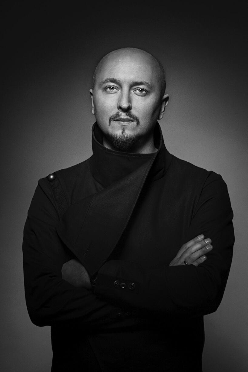 czarno-białe zdjęcie Pawła Sokoła członka jury wkonkursu Wnętrze Roku SAW