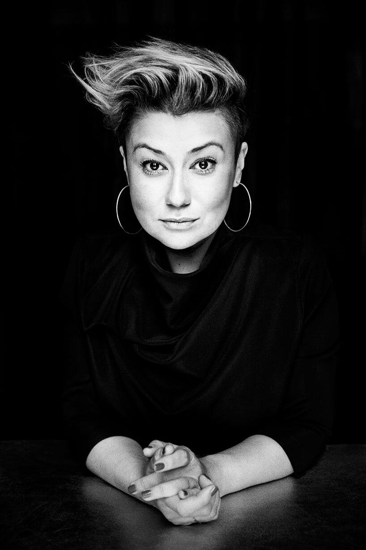 czarno-białe zdjęcie Katarzyny Kuo-Stolarskiej członka jury wkonkursu Wnętrze Roku SAW
