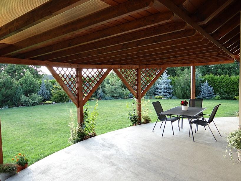 taras wyłożony marmurowymi płytkami zdrewnianym zadaszeniem wkształcie trójkątów
