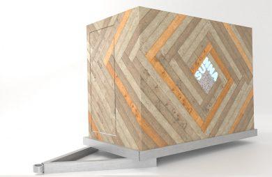 mobilna sauna od MRSatelier bok sauny z drewnianych paneli z logo pośrodku