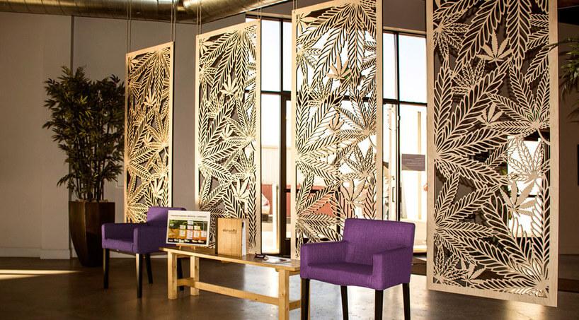 fioletowe fotele przy wiszących drewnianych wzorzystych panelach