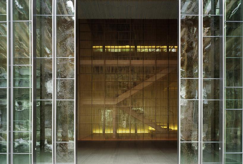 metalowo-szklane ściany wbudynku