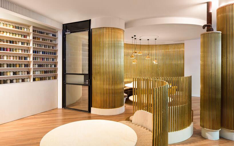 złote rurki przy czarnych drzwiach wjasnym pokoju