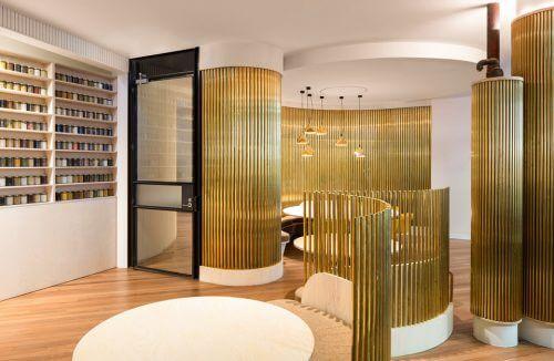 złote rurki przy czarnych drzwiach w salonie