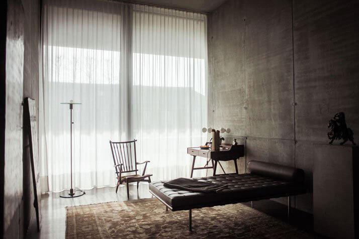 sypialnia złóżkiem ikrzesłem