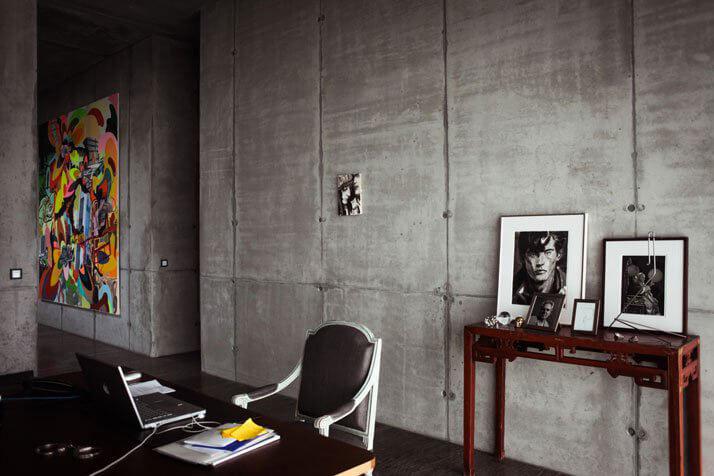 stare krzsło na tle niewykończonej ściany
