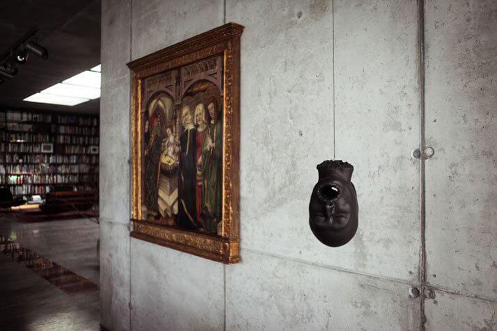stary obraz wiszący na betonowej ścianie