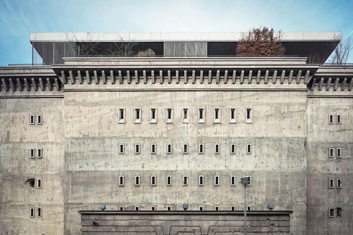 ściana bunkra zmałymi oknami