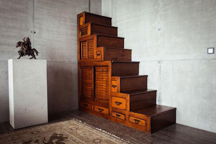 stare drewniane schody zszufladami