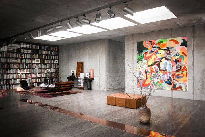 duży obraz na betonowej ścianie