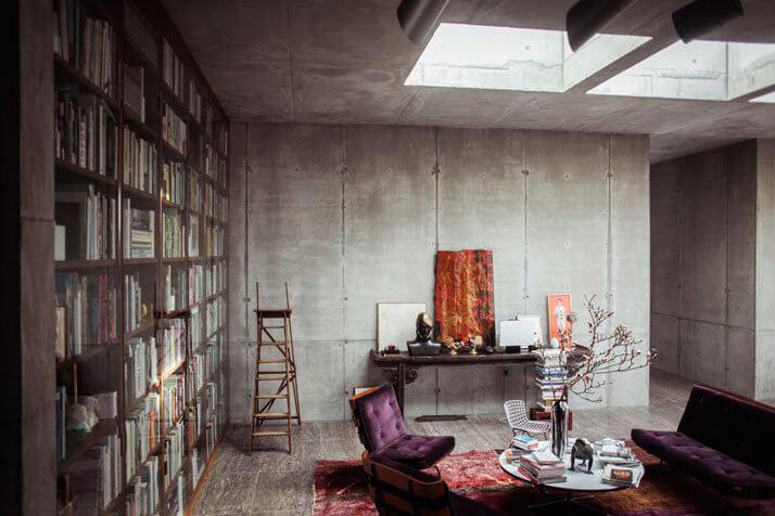 regał na książki pod betonową ścianą