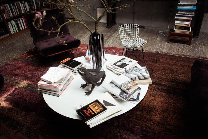 biały stolik na okrągły dywanie