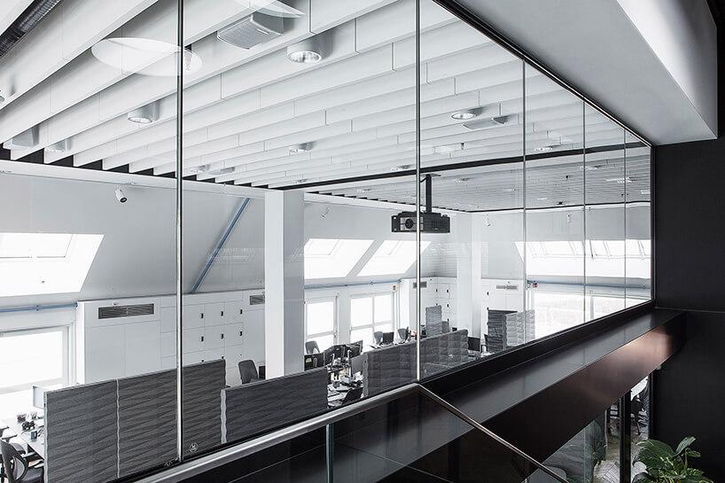 nowoczesna przestrzeń biurowa biało-szare biuro