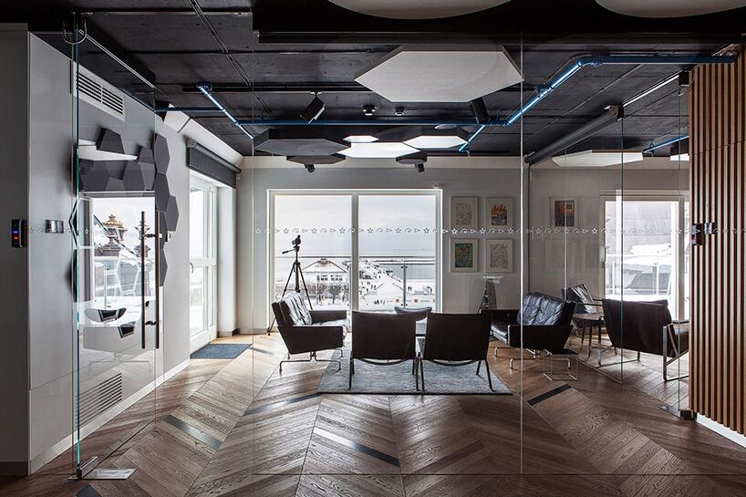nowoczesna przestrzeń biurowa zdrewnianą podłogą wsali konferencyjnej