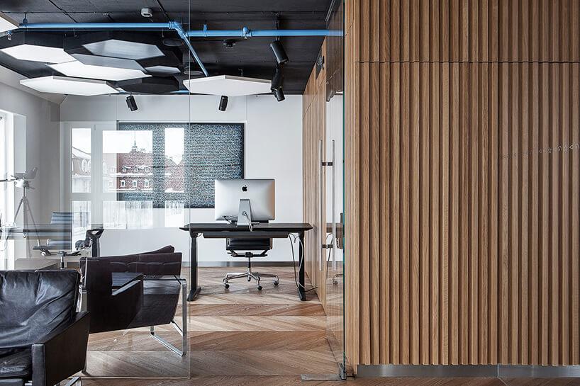 nowoczesna przestrzeń biurowa zelementami szkła idrewna