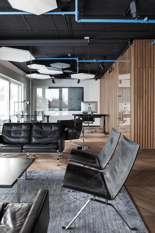 nowoczesna przestrzeń biurowa zczęścią ze skórzanymi sofami iskórzanymi fotelami