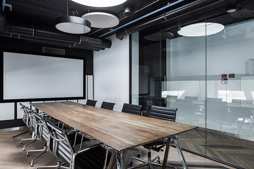 nowoczesna sala konferencyjna zdrewnianym stołem wDomu Zdrojowym wSopocie