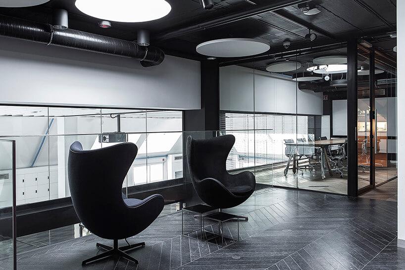 dwa wysokie czarne fotele wnowoczesnym biurze wDomu Zdrojowym wSopocie