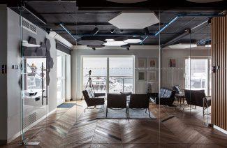 nowoczesna przestrzeń biurowa z drewnianą podłogą w sali konferencyjnej