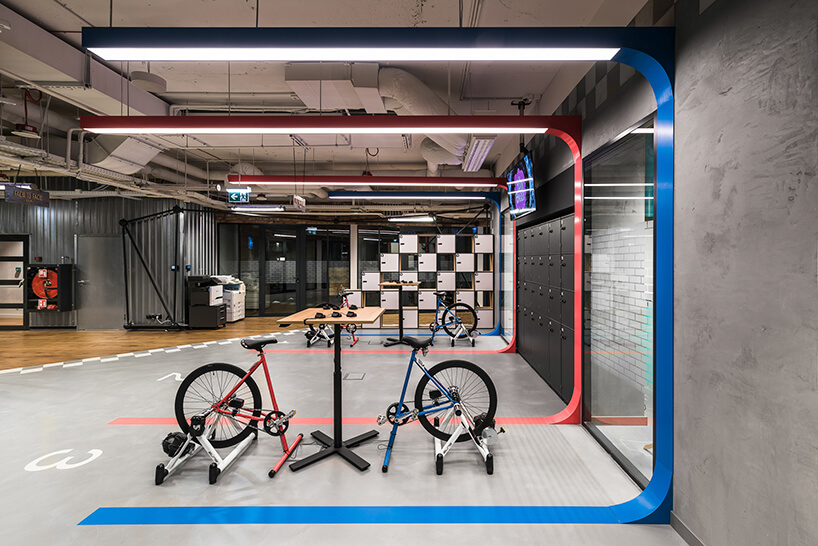 surowa betonowa przestrzeń coworkingowa Brain Embassy wyjątkowe biurka zrowerami zamiast krzeseł