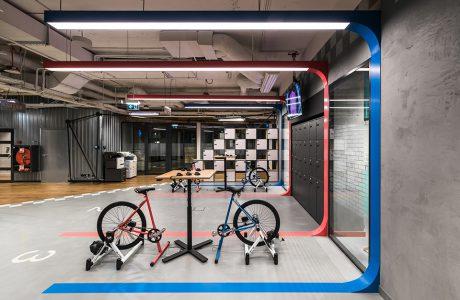surowa betonowa przestrzeń coworkingowa Brain Embassy wyjątkowe biurka z rowerami zamiast krzeseł