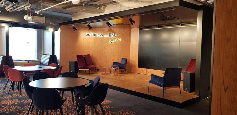 duży ekran wsali konferencyjnej business link