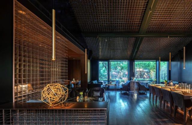 ciemna restauracja z drewnianą konstrukcją na ścianach oraz suficie