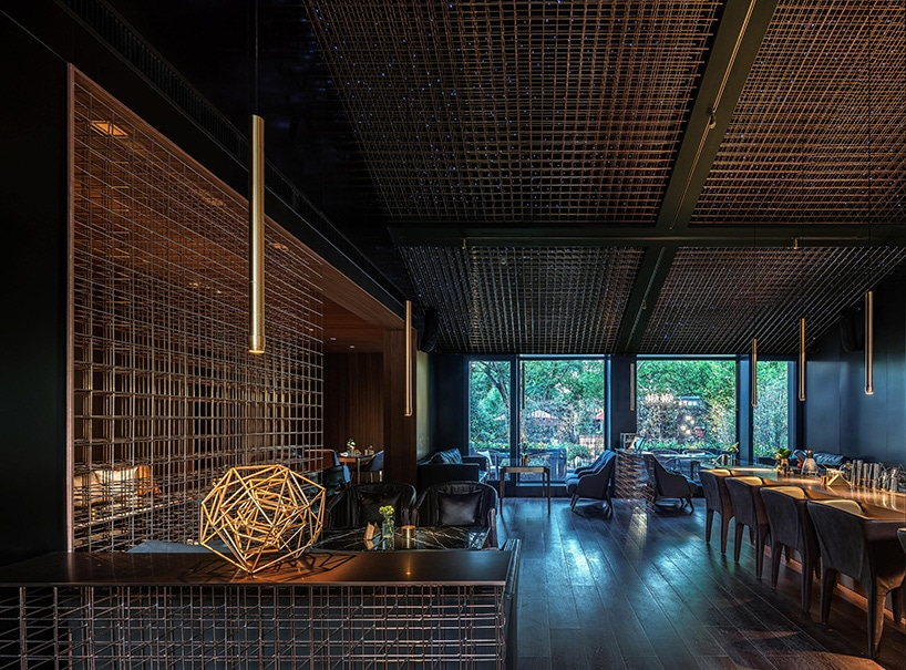 ciemna restauracja zdrewnianą konstrukcją na ścianach oraz suficie