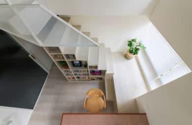 Przestrzeń z regałem: apartament od KC Design Studio