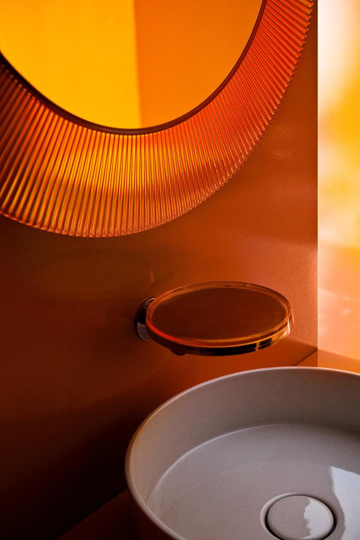 przeźroczysta rama lustra ipodstawek pod kubek włązience wpomarańczowym odcieniu od Kartell by Laufen