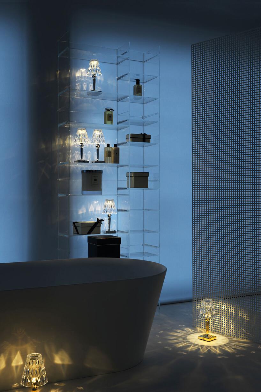 elegancka przeźroczysta szafka łazienkowa od Kartell by Laufen waranżacji łazienki zwolnostojącą wanną
