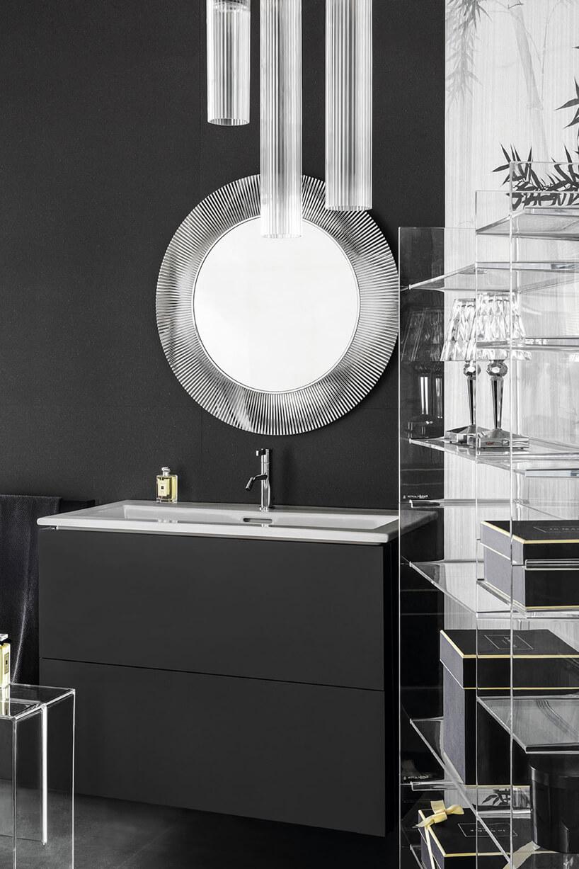 ciemna aranżacja łazienki zprzeźroczystym stołkiem, wysoką szafką ilustrem zszeroką ramą od Kartell by Laufen