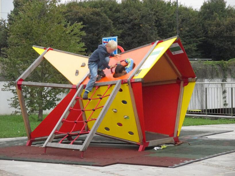 dzieci podczas zabawy na kolorowym drewnianym małpim gaju na placu zabaw