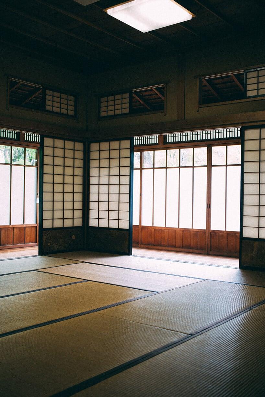 japońskie wnętrze zpołyskującym parkietem ora japońskimi małymi oknami
