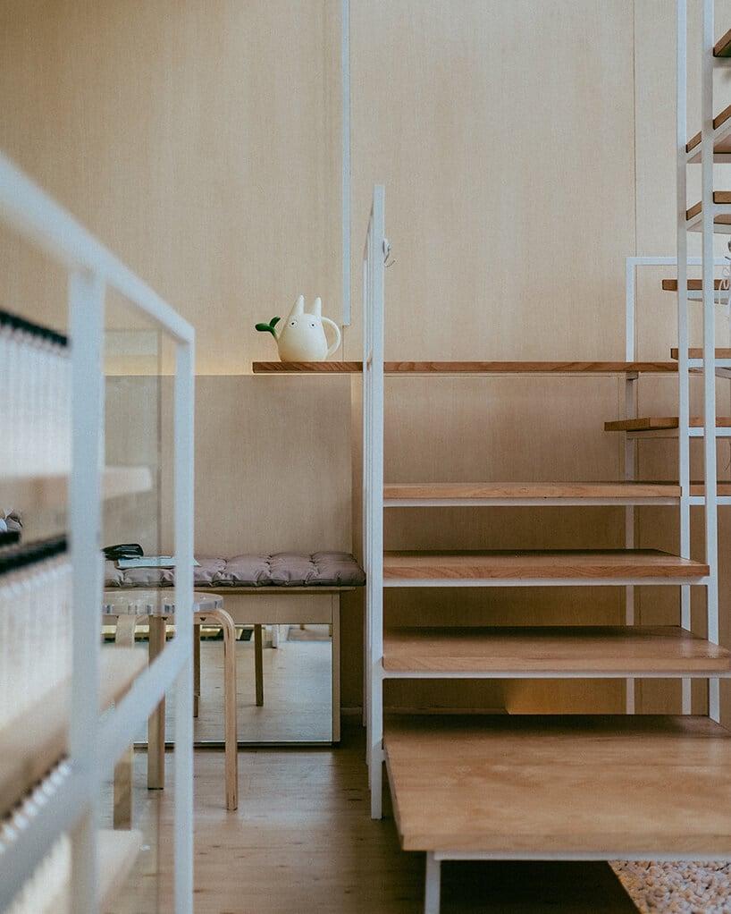 nie wielkie schody zjasno drewnianymi stopniami na metalowej białej konstrukcji