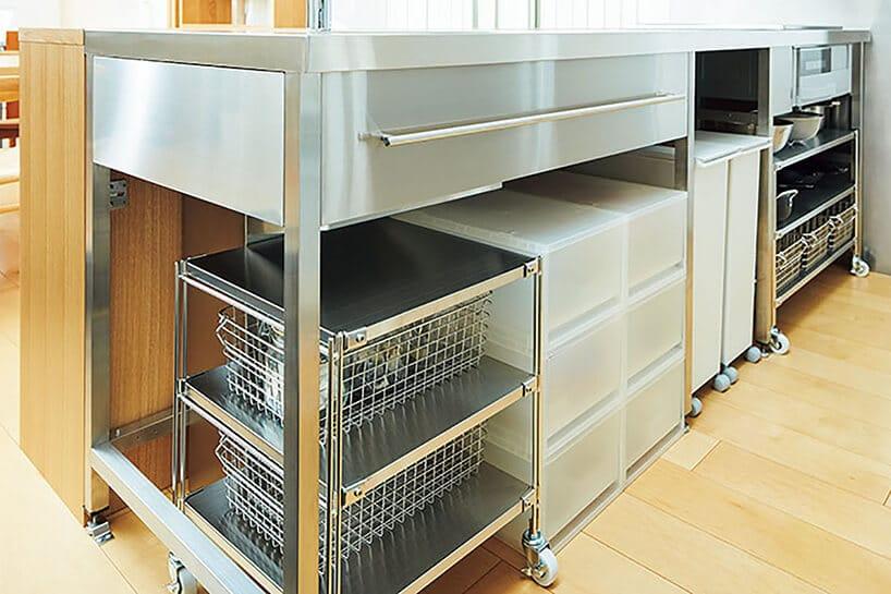 metalowo szafka zszufladami oraz koszami pod kuchennym blatem