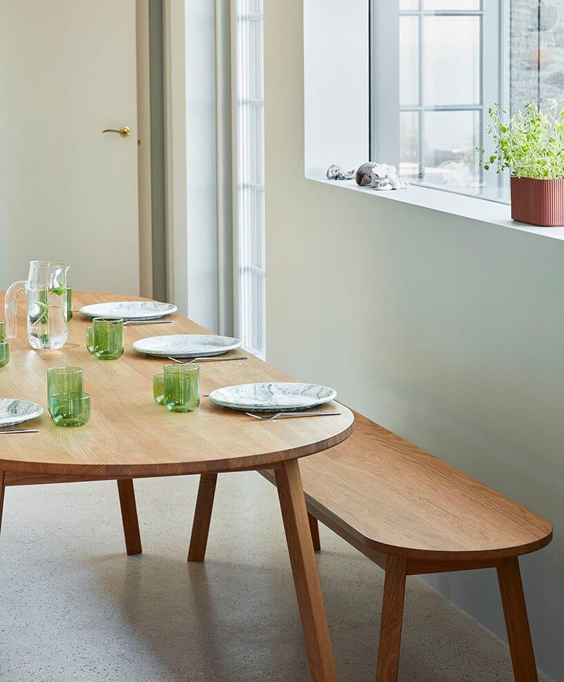 niskie stoliki wstylu japońskim wdrewnianym wykonaniu oraz mała ławeczka