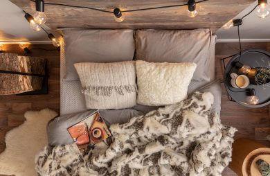 szare łóżko z góry z wieloma dodatkami w klimacie świątecznym