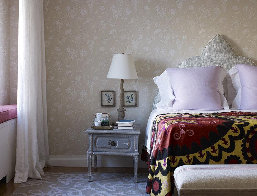 sypialnia zdużymi poduszkami na łóżku